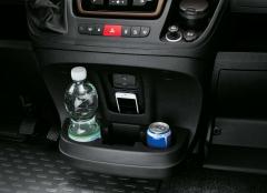Getränkehalter und Ablagefach in der Armaturenbrettmitte für Fiat Professional Ducato